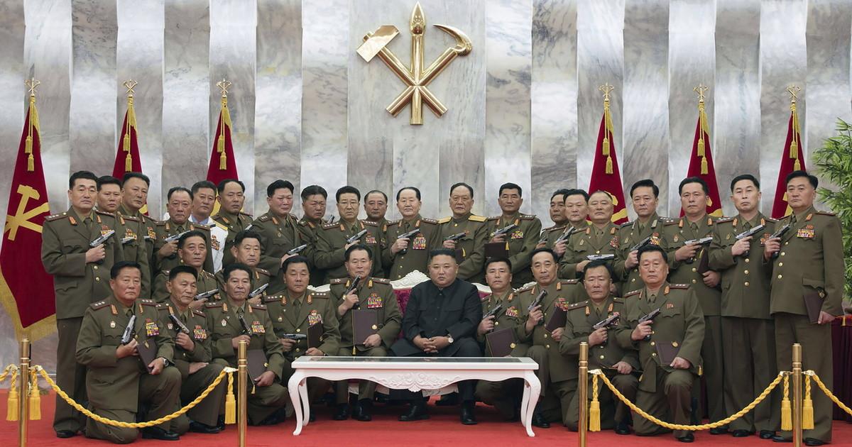 Corea del Nord, Kim Jong-un con gli ufficiali con pistole in pugno ...