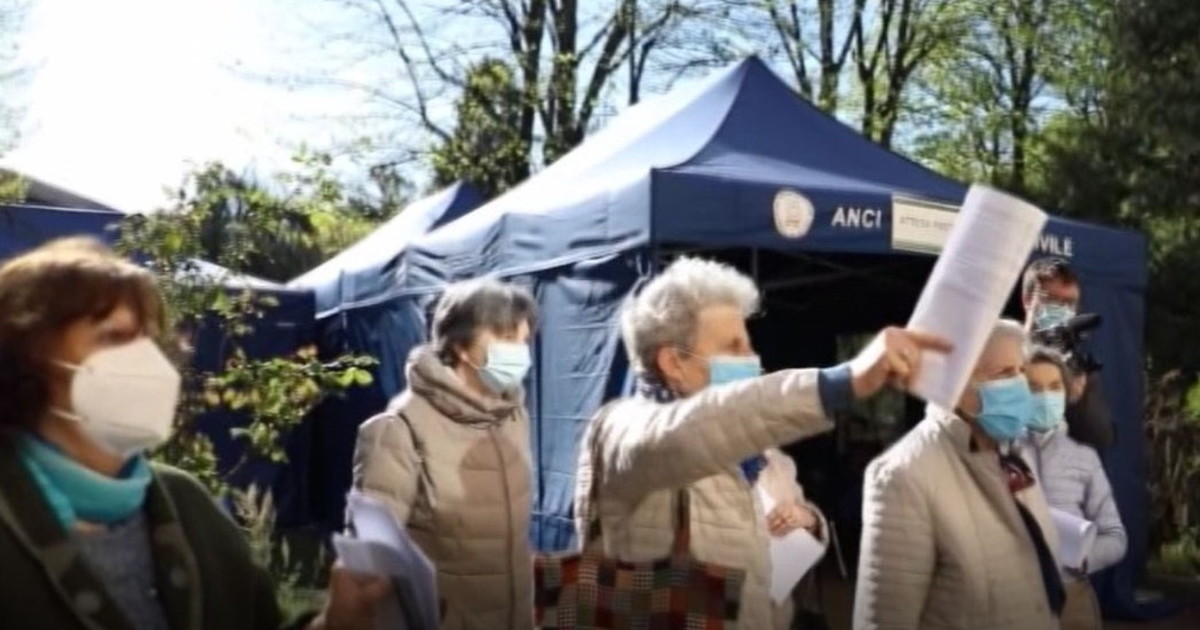 Vaccino, a Milano over 80 in coda senza prenotazione ...